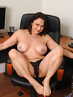 Nymph milf Jillian Foxxx spreads her pussy while stroking her silver toy in her twat